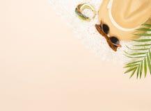 Modo di estate, roba di estate su fondo crema Vestito bianco dal pizzo, retro occhiali da sole, braccialetto di legno e cappello  Fotografie Stock
