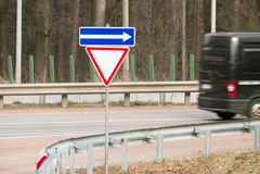Modo di Giwe del segnale stradale nella foresta Fotografie Stock