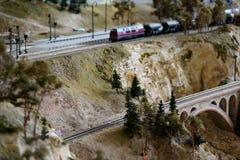 Modo di modello della ferrovia con lo scape artificiale della terra immagine stock
