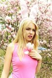 Modo di Pasqua, giovane donna con il fiore della magnolia nel giardino di primavera fotografia stock