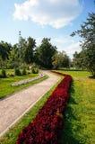Modo di pietra della passeggiata che avvolge in un giardino Fotografia Stock