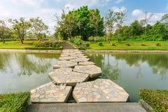 Modo di pietra della passeggiata in giardino Fotografia Stock Libera da Diritti