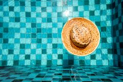 Modo di vimini d'annata del cappello per la gente in Aqua Swimming Pool e flusso con il fondo delle onde Punto di vista superiore immagini stock