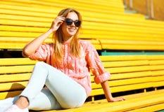 Modo e concetto della gente - ragazza sorridente graziosa in occhiali da sole fotografia stock