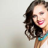 Modo Girl di modello felice di bellezza con il bello sorriso Immagini Stock