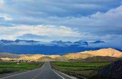 Modo lungo avanti con l'alta montagna nella parte anteriore Fotografia Stock Libera da Diritti