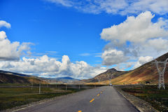 Modo lungo avanti con l'alta montagna nella parte anteriore Fotografie Stock Libere da Diritti