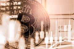 Modo moderno dello scambio Bitcoin ? pagamento conveniente nel mercato dell'economia globale Valuta digitale virtuale ed investim immagini stock