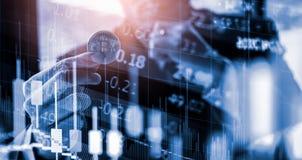 Modo moderno dello scambio Bitcoin ? pagamento conveniente nel mercato dell'economia globale Valuta digitale virtuale ed investim fotografia stock libera da diritti