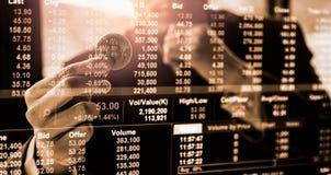 Modo moderno dello scambio Bitcoin ? pagamento conveniente nel mercato dell'economia globale Valuta digitale virtuale ed investim fotografie stock