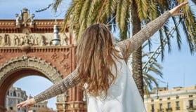 Modo-monger allegro a Barcellona, Spagna camminante sul parapetto Immagine Stock Libera da Diritti