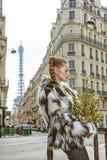 Modo-monger d'avanguardia pensieroso con l'albero di Natale a Parigi Fotografie Stock Libere da Diritti