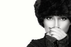Modo monocromatico di bellezza di inverno Giirl in vestiti caldi isolati Immagine Stock