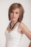 Modo - ragazza in abbigliamento piacevole che posa per la macchina fotografica Fotografie Stock Libere da Diritti
