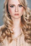 Modo-ritratto di bella ragazza elegante Fotografie Stock