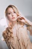 Modo-ritratto di bella ragazza elegante Immagini Stock Libere da Diritti
