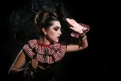 Modo a strisce d'uso della donna con illuminazione drammatica Immagine Stock Libera da Diritti