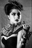 Modo a strisce d'uso della donna con illuminazione drammatica Fotografie Stock