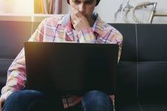 Modo teenager con il computer portatile Fotografia Stock
