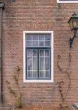 modren a janela no fundo da parede de tijolo vermelho Fotos de Stock