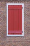 modren a janela no fundo da parede de tijolo vermelho Imagens de Stock