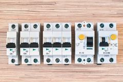 Modulare elektrische Leistungsschalter, RCD und Differenzial automatisch stockbilder