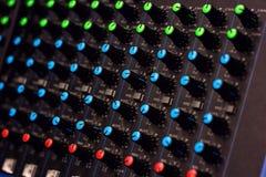 Modularnych syntetyków kolorowych guzików audio melanżer, muzyczny wyposażenie studio nagrań przekładnie, transmituje narzędzia,  Fotografia Royalty Free