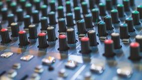Modularnych syntetyków kolorowych guzików audio melanżer, muzyczny wyposażenie studio nagrań przekładnie, transmituje narzędzia,  Zdjęcia Royalty Free