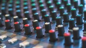 Modularnych syntetyków kolorowych guzików audio melanżer, muzyczny wyposażenie studio nagrań przekładnie, transmituje narzędzia,  Obraz Stock