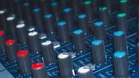 Modularnych syntetyków kolorowych guzików audio melanżer, muzyczny wyposażenie studio nagrań przekładnie, transmituje narzędzia,  Obraz Royalty Free