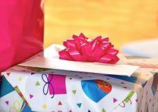 Module d'anniversaire avec la proue rose Photo stock