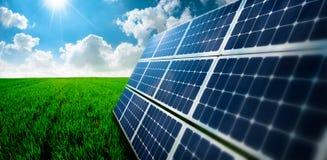 Modules écologiques photovoltaïques dans l'herbe Image libre de droits