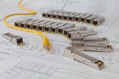 Modules de réseau de SFP pour le commutateur de réseau et la corde de correction photos stock