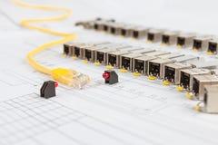 Modules de réseau de SFP pour le commutateur de réseau, la corde de correction et les diodes images stock