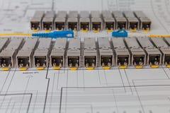 Modules de réseau de SFP pour le commutateur de réseau sur le modèle photographie stock