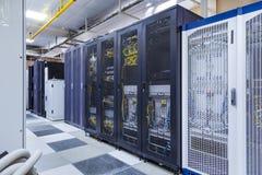 Moduli di controllo con attrezzature di comunicazione, i commutatori ed i cavi moderni nella stanza del server Centro dati con co immagini stock