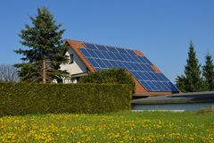 Moduli fotovoltaici su una casa fotografia stock