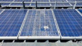 Moduli solari incrinati sul tetto Fotografia Stock