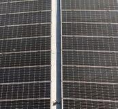 Moduli solari per la generazione della corrente elettrica dalla luce del sole, effetto astratto fotografie stock libere da diritti