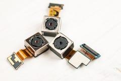 Moduli su un fondo bianco, primo piano della macchina fotografica di Smartphone immagine stock