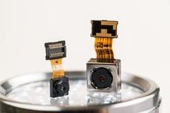 Moduli su un fondo bianco, primo piano della macchina fotografica di Smartphone fotografia stock libera da diritti
