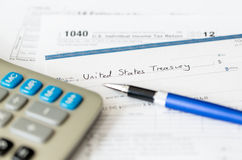 Modulo 1040 di imposta degli S.U.A. per l'anno 2012 con l'assegno Fotografia Stock Libera da Diritti
