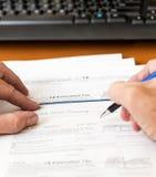 Modulo 1040 di imposta degli S.U.A. per l'anno 2012 con l'assegno Immagine Stock Libera da Diritti