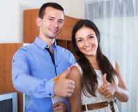 Modulo di domanda di riempimento di matrimonio delle coppie Fotografia Stock