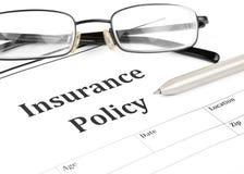 Modulo di polizza d'assicurazione sullo scrittorio in ufficio fotografia stock libera da diritti
