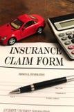 Modulo di reclamo dell'assicurazione auto sullo scrittorio Fotografie Stock