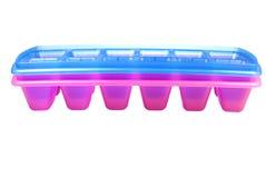 Modulo rosa e blu per congelare ghiaccio su un fondo bianco Fotografie Stock Libere da Diritti