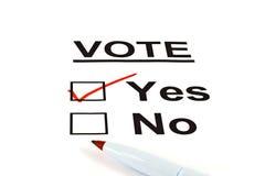 Modulo sì/no della scheda elettorale di voto con lo SÌ controllato fotografia stock libera da diritti