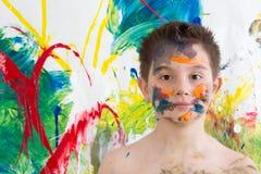 Młody artysta pozuje z jego sztuką współczesną Fotografia Royalty Free