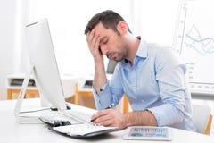 Młody atrakcyjny biznesowy uczucie ból przez oparzenie out Obraz Stock